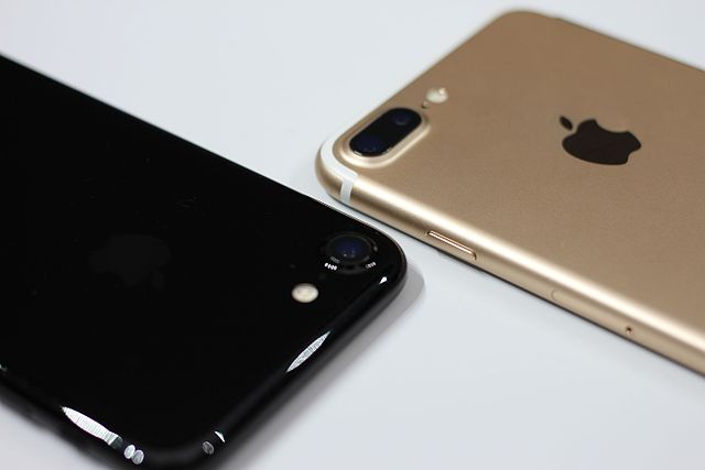 The+new+iPhone+7+pictured+in+black+and+gold.