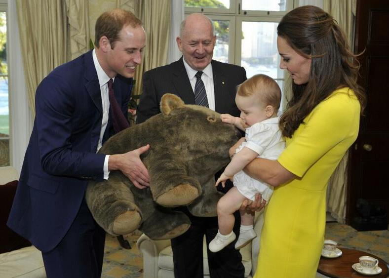 The+royal+family+appears+with+the+General+of+Australia+in+April+2014.
