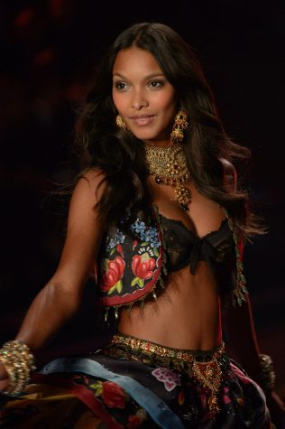 Lais Ribeiro walking in the Victoria Secret Fashion Show in London of 2014.