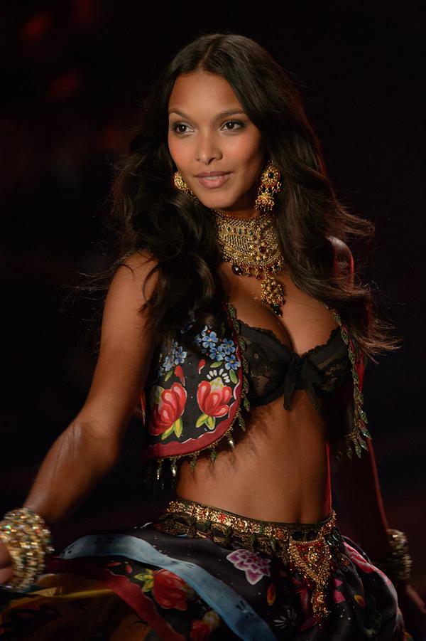 Lais Ribeiro walking in the Victoria Secret Fashion Show in London of 2014.